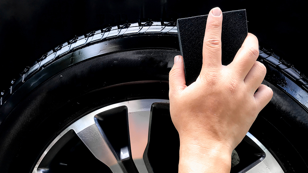 Applying tyre shine