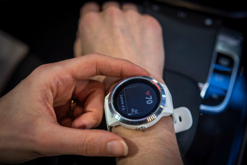 Vivoactive 3 from Garmin for Mercedes-Benz. White/Silver. Plastic/stainless steel / silicone. Colour display with touch screen. Mercedes-Benz brandings on case back, inner band and push buttons. Exclusively designed face in Mercedes-Benz design style. Compatible with Android and Apple. Battery life in GPS mode of about 13 hours. Waterproof to 5 ATM.
