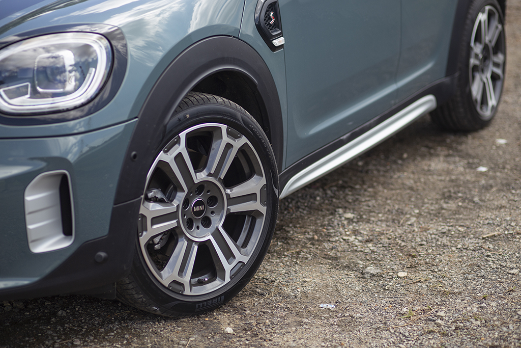 MINI 19-inch 'Turnstile Spoke' design wheels with 225/40R19 tyres